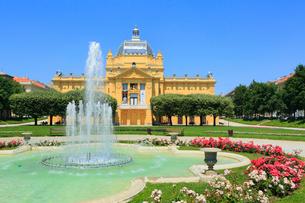 ザグレブ トミスラヴ王広場の噴水と芸術パヴィリオンの写真素材 [FYI01793697]