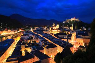 メンヒスベルクの展望台から望むザルツブルグのライトアップ夜景の写真素材 [FYI01793741]