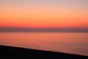 七里御浜と朝焼けの空の写真素材 [FYI01793753]