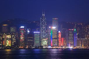 九龍・尖沙咀,プロムナードから望む香港島の夜景の写真素材 [FYI01793765]