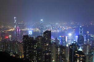 ヴィクトリアピークからの香港市街夜景の写真素材 [FYI01793773]