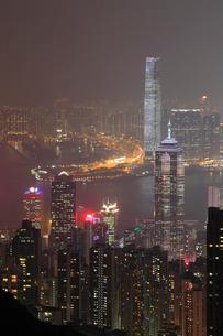 ヴィクトリアピークからの香港市街夜景の写真素材 [FYI01793774]
