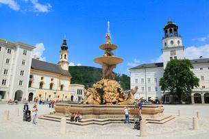 ザルツブルグ レジデンツ広場の噴水と新レジデンツに大聖堂の写真素材 [FYI01793820]