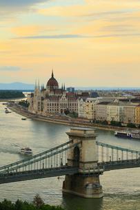 ブダペスト 王宮の丘から望む夕景 くさり橋と国会議事堂の写真素材 [FYI01793824]
