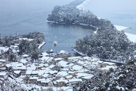 雪景色の天橋立 飛龍観の写真素材 [FYI01793840]