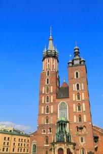 クラクフ 中央広場の聖マリア教会の写真素材 [FYI01793891]