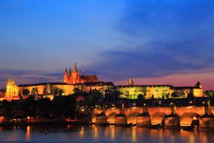 プラハ プラハ城のライトアップ夜景の写真素材 [FYI01793931]
