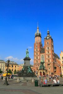 クラクフ 中央広場の聖マリア教会の写真素材 [FYI01793936]