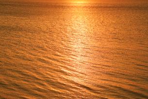 朝日に輝く海の写真素材 [FYI01793945]