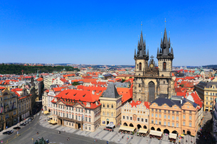 プラハの旧市街広場とティーン教会の写真素材 [FYI01793949]