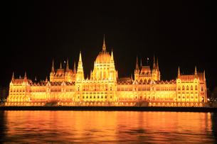 ブダペスト 国会議事堂とドナウ川のライトアップ夜景の写真素材 [FYI01793977]
