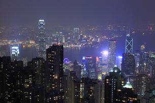ヴィクトリアピークからの香港市街夜景の写真素材 [FYI01793983]
