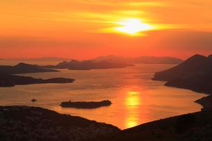 スルジ山頂から望むアドリア海と夕日の写真素材 [FYI01793990]