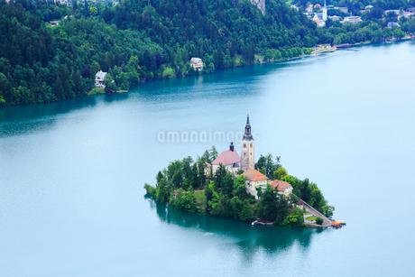 高台から望むブレッド湖とブレッド島の写真素材 [FYI01793996]
