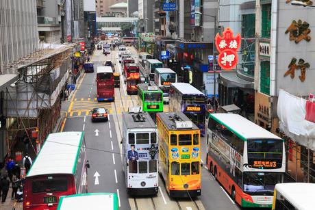 香港島・中環のビル群とトラムの写真素材 [FYI01794051]