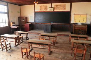 二十四の瞳映画村 木造校舎の教室の写真素材 [FYI01794107]
