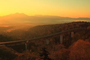 三国峠から望む松見大橋と紅葉に朝焼けの写真素材 [FYI01794113]