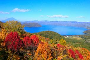有珠山ロープウェイから望む洞爺湖の紅葉の写真素材 [FYI01794187]
