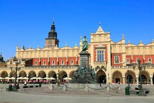 クラクフの中央広場と織物会館の写真素材 [FYI01794188]