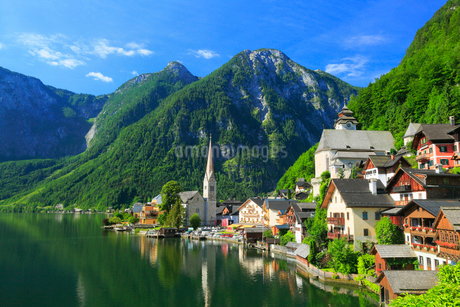 ザルツカンマーグート ハルシュタット湖と教会の写真素材 [FYI01794247]