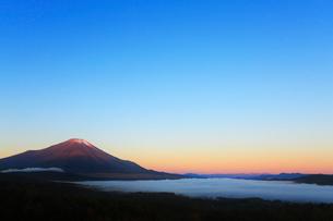 三国峠パノラマ台から望む朝焼けの富士山の写真素材 [FYI01794264]
