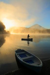 朝日に染まる雲海 富士山と西湖にボートの写真素材 [FYI01794290]
