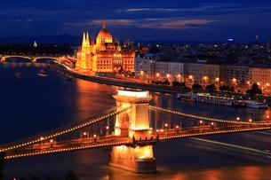 ブダペスト 王宮の丘から望むくさり橋のライトアップ夜景の写真素材 [FYI01794300]
