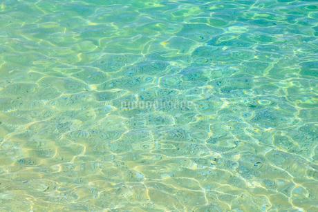 エメラルドグリーンの水面の写真素材 [FYI01794301]