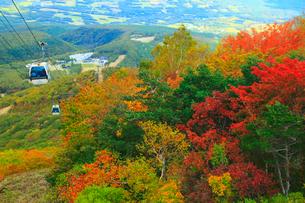 安達太良山の紅葉とロープウェイの写真素材 [FYI01794309]