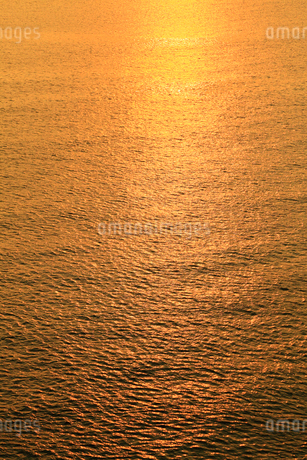 夕焼けに光る海の写真素材 [FYI01794312]