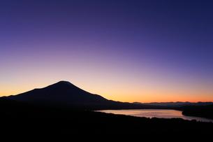 三国峠パノラマ台から望む富士山と残照の写真素材 [FYI01794346]
