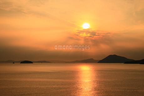 夕焼けの瀬戸内海と夕日の写真素材 [FYI01794402]