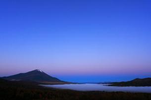 三国峠パノラマ台から望む富士山と夜明けの空の写真素材 [FYI01794413]