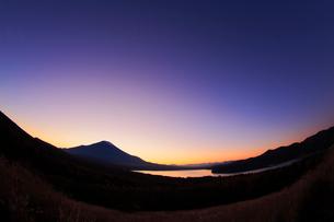 三国峠パノラマ台から望む富士山と残照の写真素材 [FYI01794426]