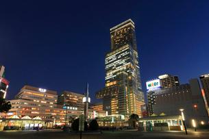 あべのハルカスと天王寺駅前の夜景の写真素材 [FYI01794458]