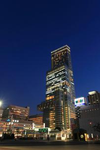 あべのハルカスと天王寺駅前の夜景の写真素材 [FYI01794526]