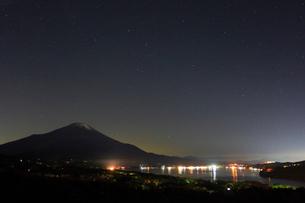 三国峠パノラマ台から望む富士山と星空の写真素材 [FYI01794536]
