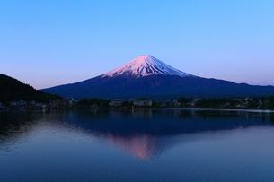 河口湖 産屋ヶ埼から望む夜明けの富士山の写真素材 [FYI01794539]