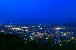 舞鶴山から望む天童市街の夜景の写真素材 [FYI01794619]