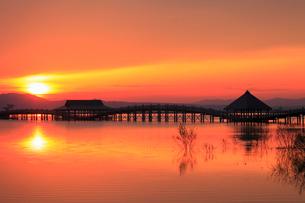 朝日と津軽富士見湖 鶴の舞橋の写真素材 [FYI01794631]