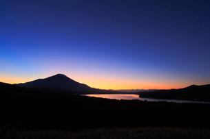 三国峠パノラマ台から望む富士山と残照の写真素材 [FYI01794634]