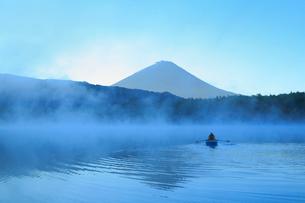 夜明けの富士山と西湖にボートの写真素材 [FYI01794664]