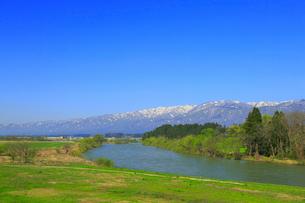 最上川と朝日連峰の山並みの写真素材 [FYI01794695]