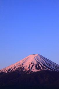 河口湖 産屋ヶ埼から望む夜明けの富士山の写真素材 [FYI01794712]