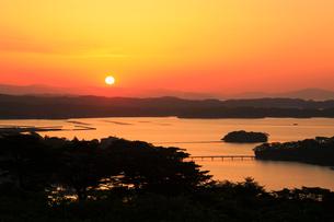 西行戻しの松公園から望む松島湾と朝日の写真素材 [FYI01794796]