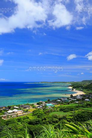 奄美大島 笠利の街並みとあやまる岬の写真素材 [FYI01794935]