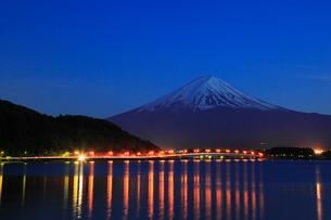 河口湖畔から望む富士山と河口湖大橋の夜景の写真素材 [FYI01795024]