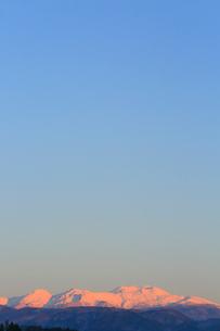 夕日に染まる冠雪の北アルプスの写真素材 [FYI01795029]