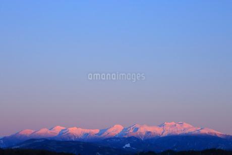 夕日に染まる冠雪の北アルプスの写真素材 [FYI01795033]