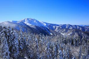 西穂高口駅屋上展望台から望む雪景色の北アルプスの写真素材 [FYI01795068]